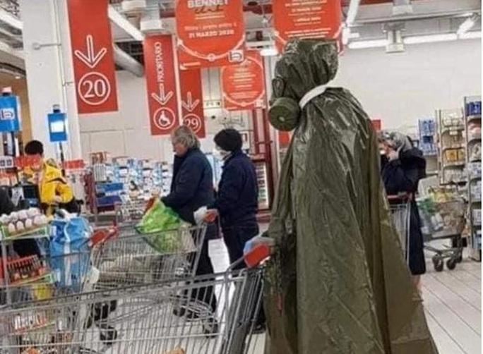 Thế giới kỳ lạ của những người đi siêu thị trong đại dịch Covid-19 - Ảnh 2.