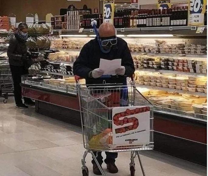 Thế giới kỳ lạ của những người đi siêu thị trong đại dịch Covid-19 - Ảnh 1.