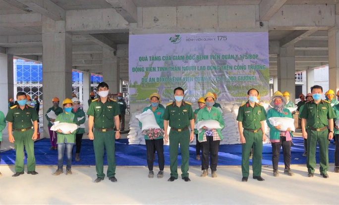 Bệnh viện tự làm khẩu trang, tặng gạo cho lao động tại công trường - Ảnh 1.