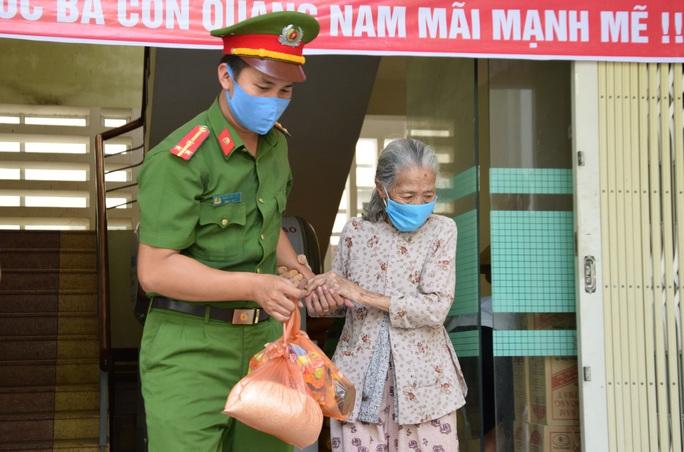 Tam Kỳ đưa vào hoạt động 3 ATM gạo giúp người nghèo - Ảnh 6.