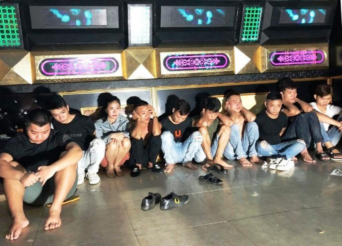 Thu hồi giấy phép quán Karaoke cho 10 nam, nữ bay lắc giữa mùa dịch - Ảnh 1.