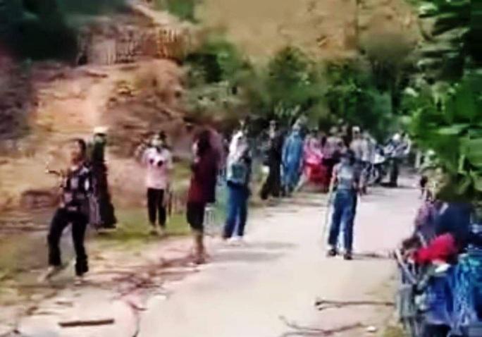 20 cô gái cầm gậy xông vào hỗn chiến náo loạn trên đường - Ảnh 2.