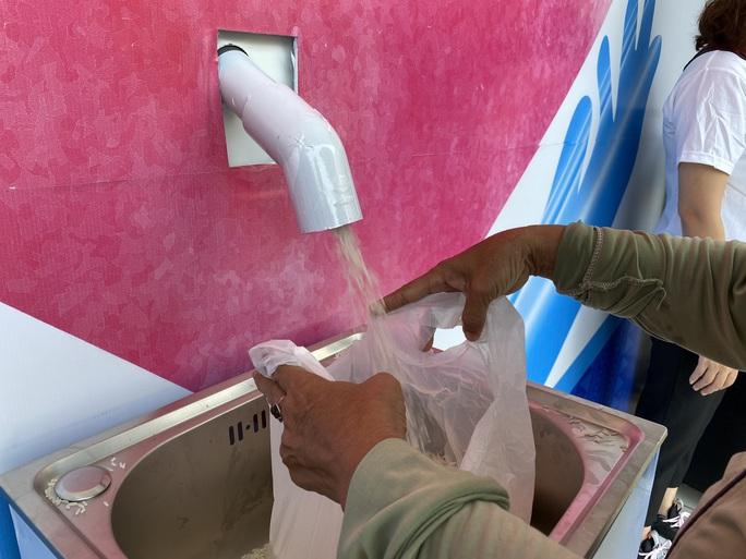 Đà Nẵng đã có 2 ATM gạo, nghiên cứu lắp thêm 4 máy phát nhu yếu phẩm - Ảnh 5.