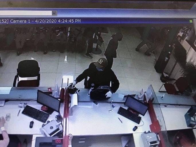 Techcombank lên tiếng về vụ cướp ngân hàng ở Sóc Sơn - Ảnh 1.