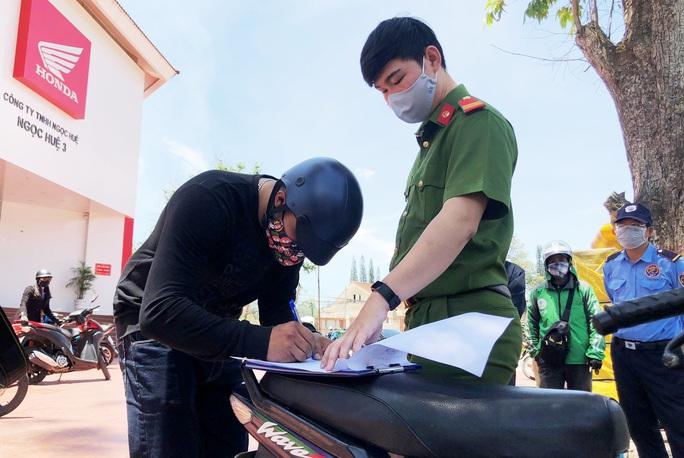 Hai thanh niên Đà Lạt chống đối người thi hành công vụ trong phòng dịch Covid-2019 - Ảnh 1.