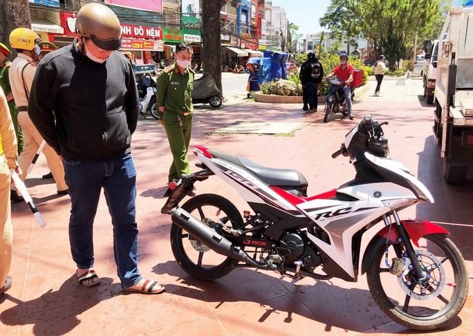 Hai thanh niên Đà Lạt chống đối người thi hành công vụ trong phòng dịch Covid-2019 - Ảnh 2.