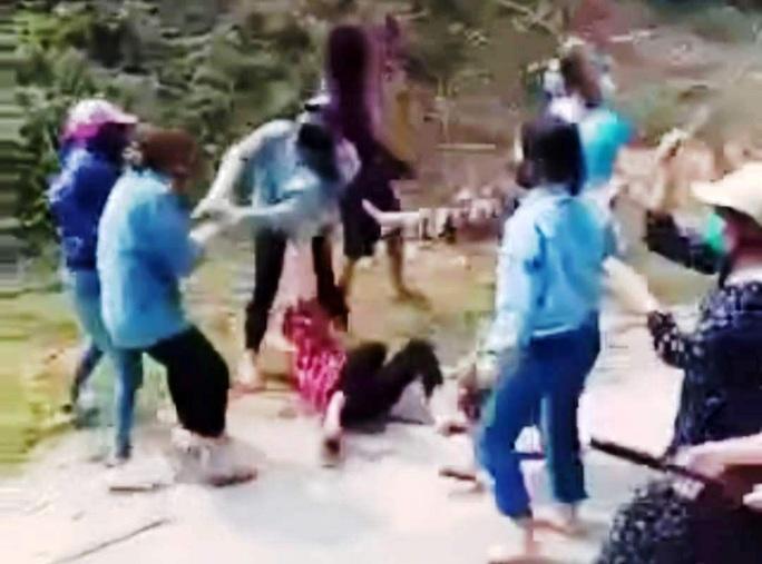 Vụ 20 cô gái cầm gậy hỗn chiến náo loạn trên đường: Công an bước đầu làm rõ - Ảnh 1.