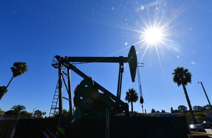 Chưa từng có trong lịch sử: Giá dầu thô Mỹ xuống mức âm - Ảnh 1.