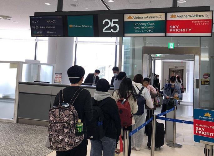 Cận cảnh đưa gần 300 người Việt từ Nhật Bản về nước - Ảnh 1.