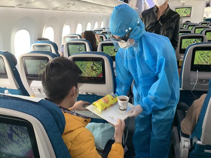 Cận cảnh đưa gần 300 người Việt từ Nhật Bản về nước - Ảnh 7.