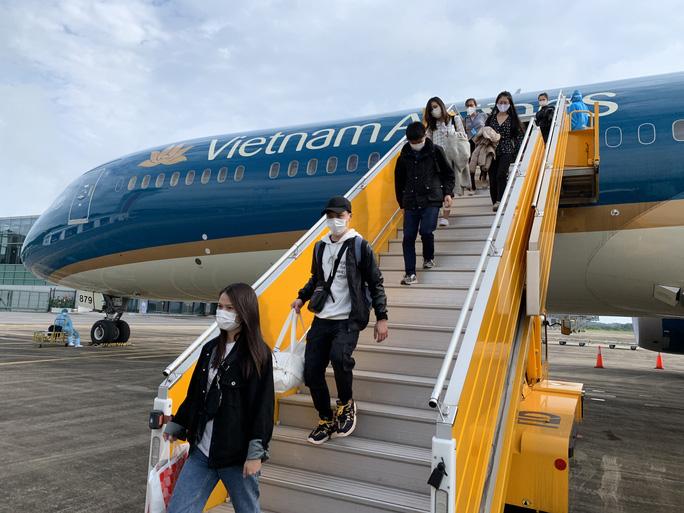 Cận cảnh đưa gần 300 người Việt từ Nhật Bản về nước - Ảnh 9.