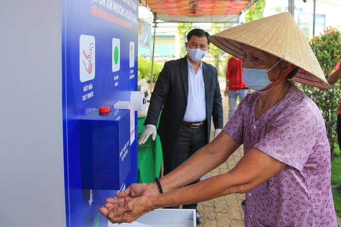 Báo Người Lao Động khai trương ATM thực phẩm miễn phí thứ 2 - Ảnh 10.