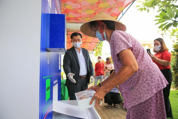 Báo Người Lao Động khai trương ATM thực phẩm miễn phí thứ 2 - Ảnh 11.