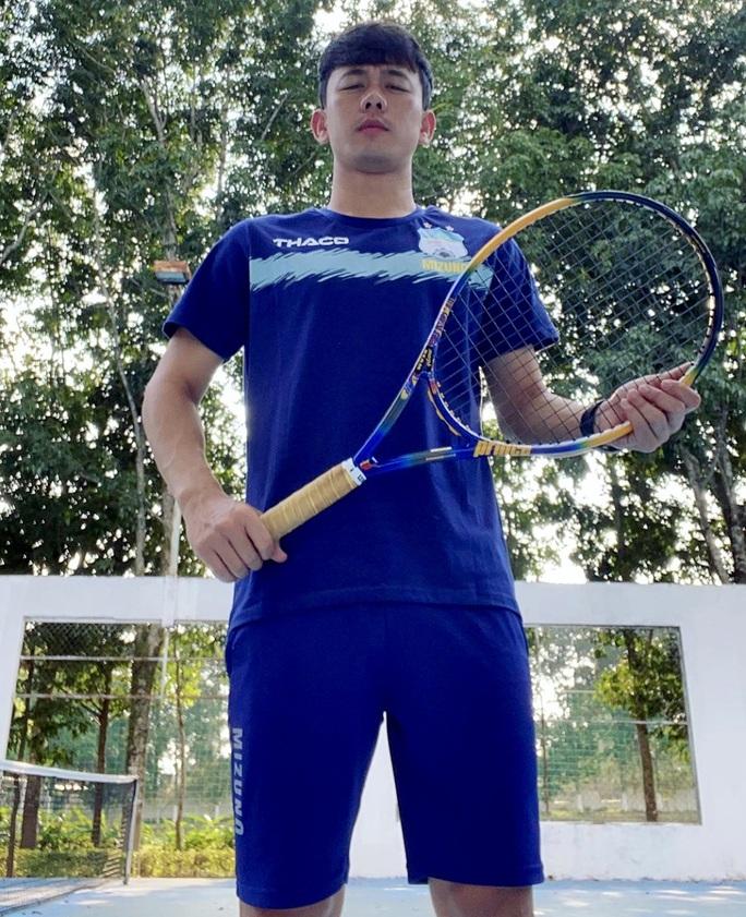 Chờ Pleiku gỡ bỏ lệnh cấm tập thể thao, cầu thủ HAGL chọn đánh tennis trong lúc giãn cách - Ảnh 2.