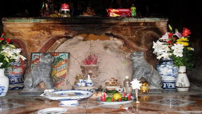 Ly kỳ báu vật nằm trong tổ mối ở một ngôi chùa - Ảnh 1.