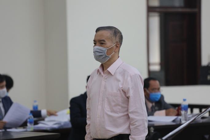Không đồng ý hoãn tòa, cho nguyên bộ trưởng Nguyễn Bắc Son ngồi trình bày - Ảnh 2.