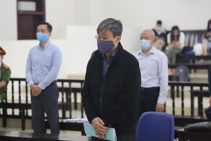 Không đồng ý hoãn tòa, cho nguyên bộ trưởng Nguyễn Bắc Son ngồi trình bày - Ảnh 1.