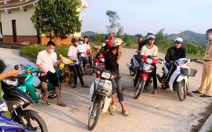 Tóm gọn nhóm quái xế tổ chức đua xe sau giãn cách xã hội - Ảnh 1.