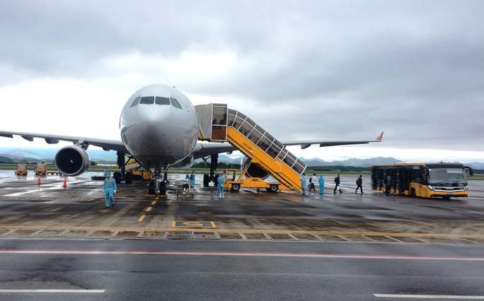 Chuyến bay chở 240 chuyên gia công ty LG của Hàn Quốc hạ cánh sân bay Vân Đồn - Ảnh 1.