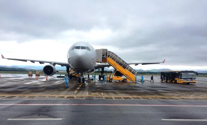 Chuyến bay chở 240 chuyên gia công ty LG của Hàn Quốc hạ cánh sân bay Vân Đồn - Ảnh 3.