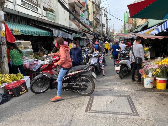 Ngày đầu nới lỏng giãn cách, nhiều người vẫn chưa dám đi chợ - Ảnh 1.