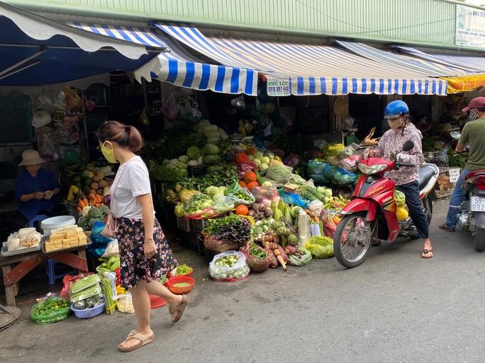 Ngày đầu nới lỏng giãn cách, nhiều người vẫn chưa dám đi chợ - Ảnh 2.