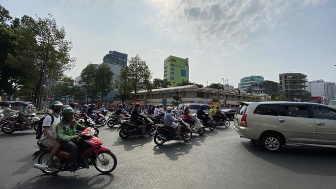 TP HCM nắng nóng như đổ lửa, người dân cẩn trọng khi ra đường - Ảnh 2.