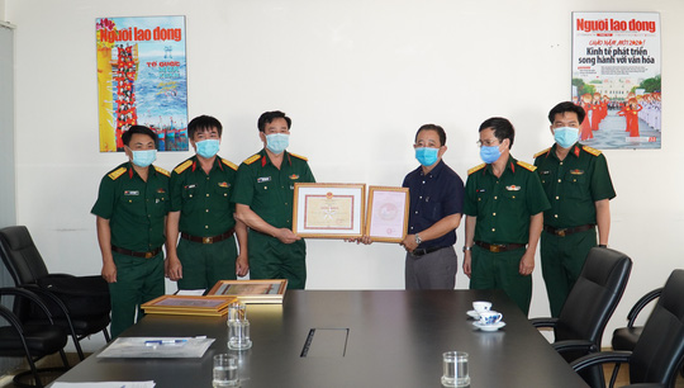 Quân khu 7 tặng Báo Người Lao Động bằng khen trong công tác phòng chống dịch Covid-19 - Ảnh 2.