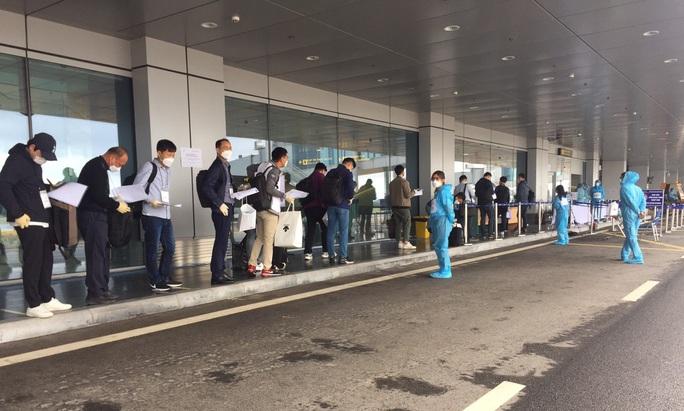 Chuyến bay chở 240 chuyên gia công ty LG của Hàn Quốc hạ cánh sân bay Vân Đồn - Ảnh 6.