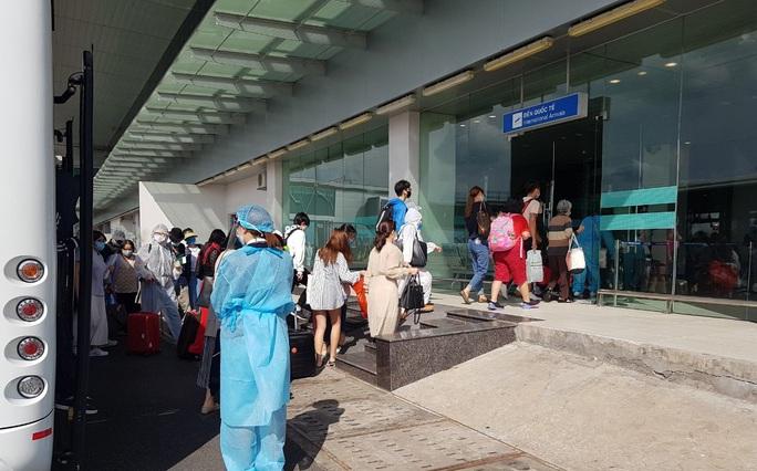215 người Việt từ Singapore về nước tại sân bay Cần Thơ như thế nào? - Ảnh 8.