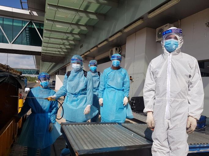 215 người Việt từ Singapore về nước tại sân bay Cần Thơ như thế nào? - Ảnh 11.