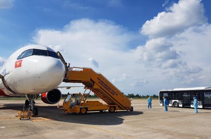 215 người Việt từ Singapore về nước tại sân bay Cần Thơ như thế nào? - Ảnh 4.