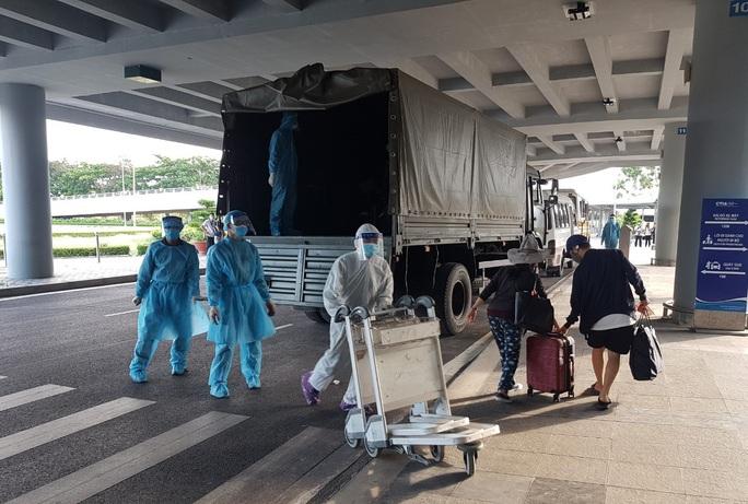 215 người Việt từ Singapore về nước tại sân bay Cần Thơ như thế nào? - Ảnh 15.