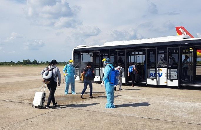215 người Việt từ Singapore về nước tại sân bay Cần Thơ như thế nào? - Ảnh 7.
