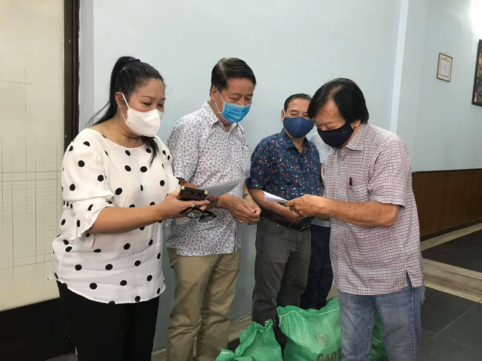 Ban Ái hữu nghệ sĩ TP HCM trao tiền, gạo giúp công nhân sân khấu 14 đơn vị nghệ thuật - Ảnh 2.