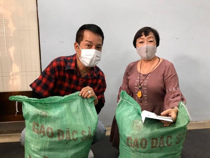 Ban Ái hữu nghệ sĩ TP HCM trao tiền, gạo giúp công nhân sân khấu 14 đơn vị nghệ thuật - Ảnh 4.