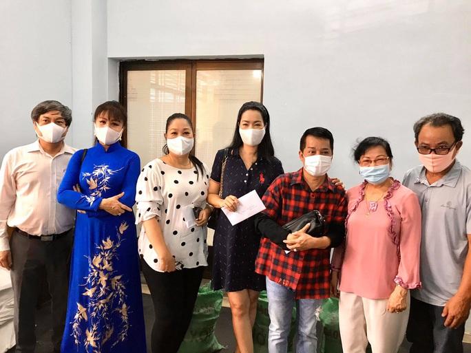 Ban Ái hữu nghệ sĩ TP HCM trao tiền, gạo giúp công nhân sân khấu 14 đơn vị nghệ thuật - Ảnh 1.