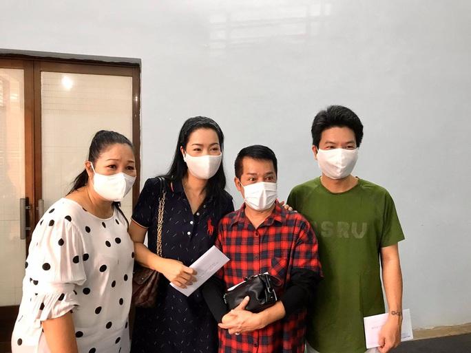 Ban Ái hữu nghệ sĩ TP HCM trao tiền, gạo giúp công nhân sân khấu 14 đơn vị nghệ thuật - Ảnh 5.