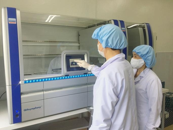 Mua máy xét nghiệm hơn 7 tỉ đồng, Quảng Nam nói không có khuất tất - Ảnh 1.