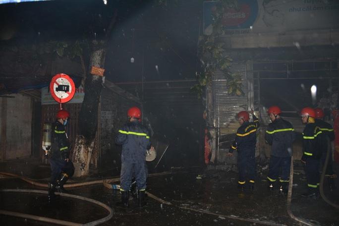 Hỏa hoạn lúc rạng sáng, 5 người trên tầng 2 nhảy qua nhà hàng xóm thoát thân - Ảnh 1.