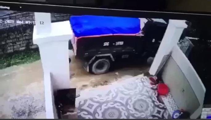 Lùi xe tải cán chết bé trai hơn 1 tuổi, tài xế bế thi thể khỏi hiện trường phi tang - Ảnh 1.
