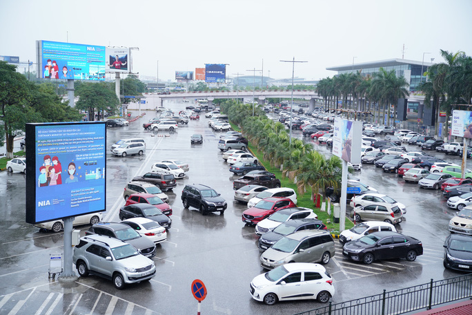 Chuyến bay tăng trở lại, sân bay Nội Bài thực hiện giãn cách ra sao? - Ảnh 8.