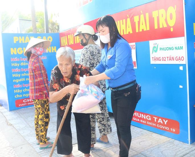Báo Người Lao Động khai trương cây ATM thực phẩm miễn phí tại Hà Nội - Ảnh 36.