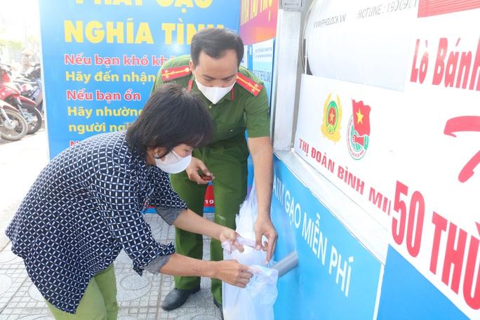 Báo Người Lao Động khai trương cây ATM thực phẩm miễn phí tại Hà Nội - Ảnh 35.