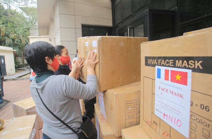Những người yêu nước Pháp từ Việt Nam gửi tặng thiết bị phòng hộ y tế hỗ trợ chống Covid-19 - Ảnh 3.