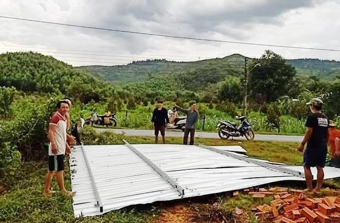 Lâm Đồng: Lốc xoáy đầu mùa mưa hàng chục căn nhà bị tốc mái - Ảnh 1.