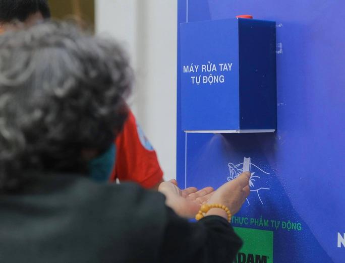 Báo Người Lao Động khai trương cây ATM thực phẩm miễn phí tại Hà Nội - Ảnh 14.