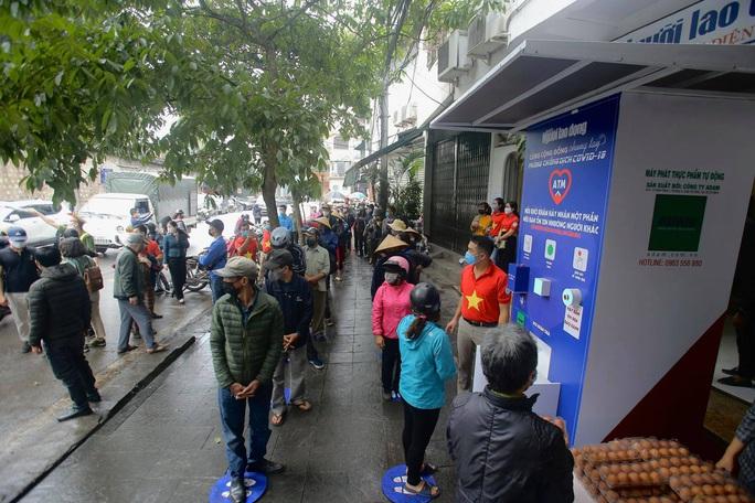 Báo Người Lao Động khai trương cây ATM thực phẩm miễn phí tại Hà Nội - Ảnh 28.