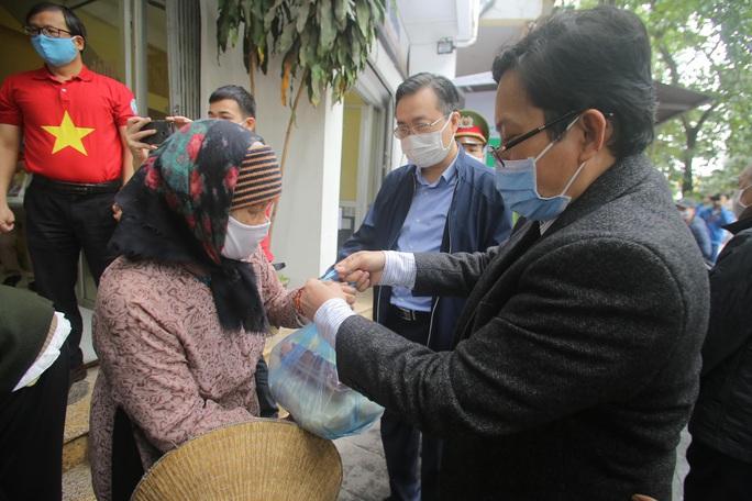 Báo Người Lao Động khai trương cây ATM thực phẩm miễn phí tại Hà Nội - Ảnh 15.