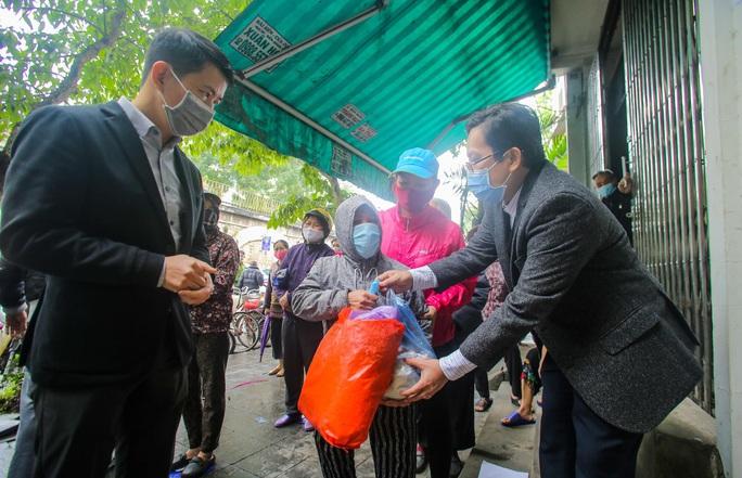 Báo Người Lao Động khai trương cây ATM thực phẩm miễn phí tại Hà Nội - Ảnh 4.